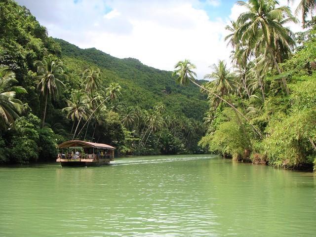 ボホール島の川に浮かぶボート